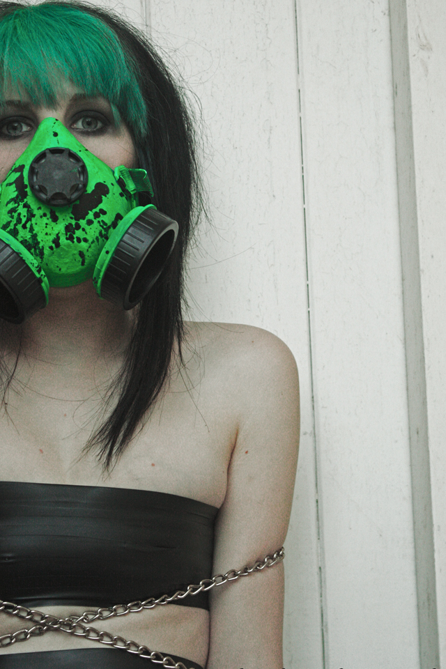 Girl_with_spray_mask_3_Wallpapers