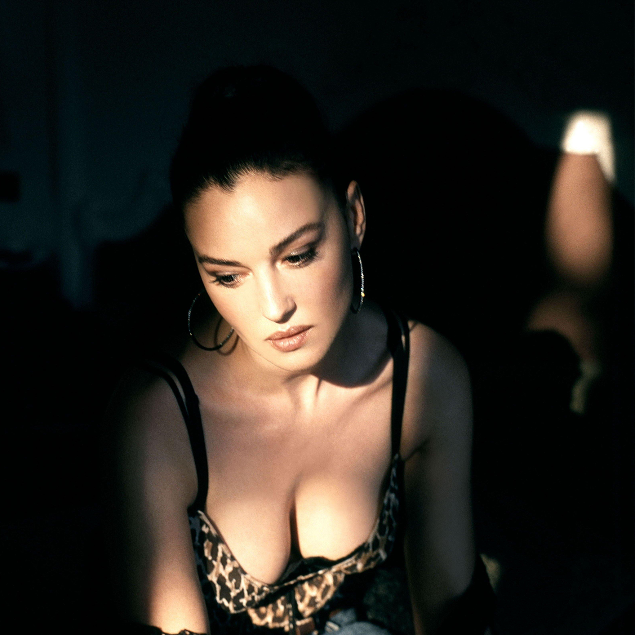 Monica_Belluci_3_Wallpapers_iPad