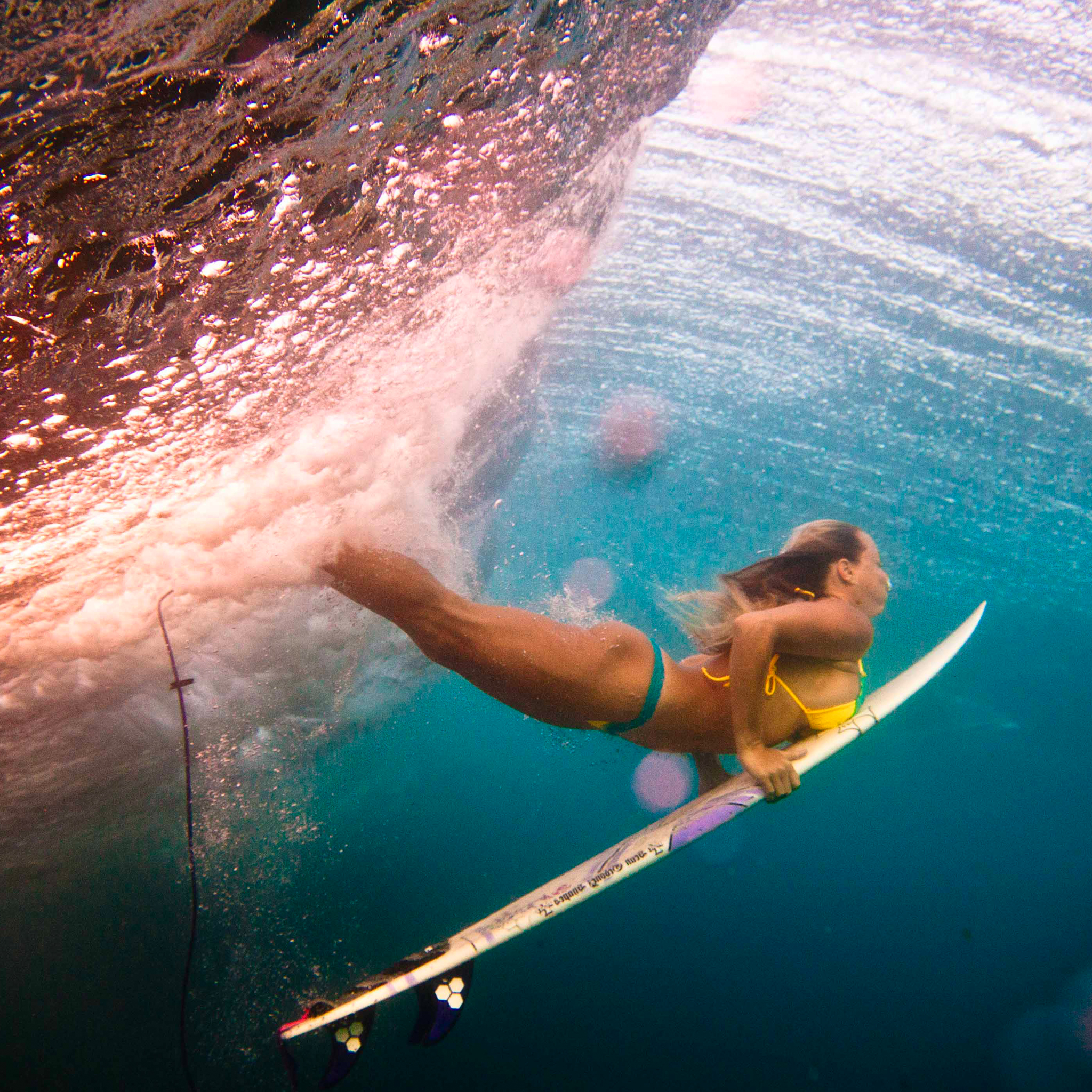Women_Duck_Surfing_3_Wallpapers_iPad