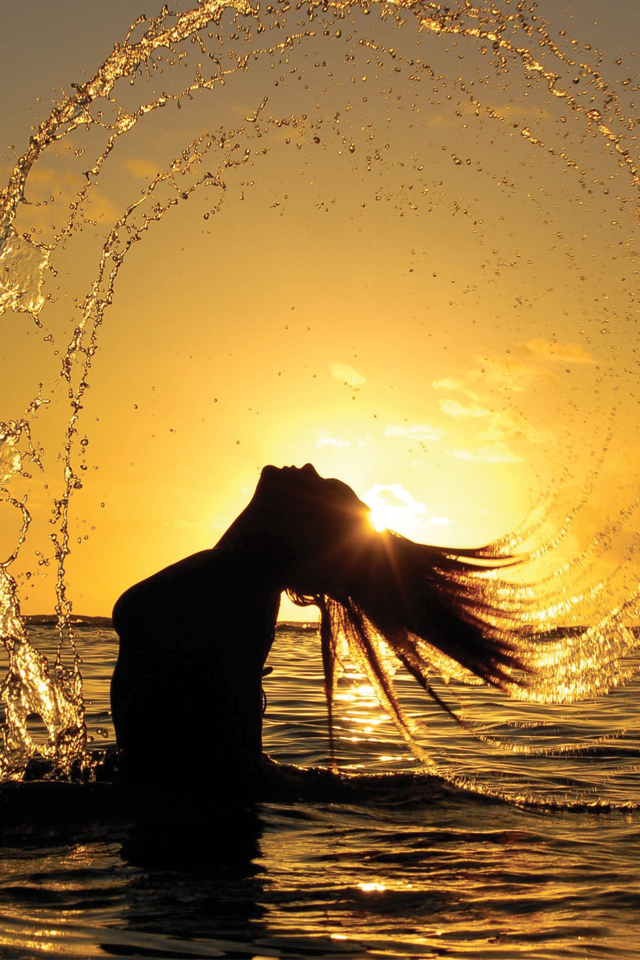 Girl-on-Sunshine-Water-3Wallpapers