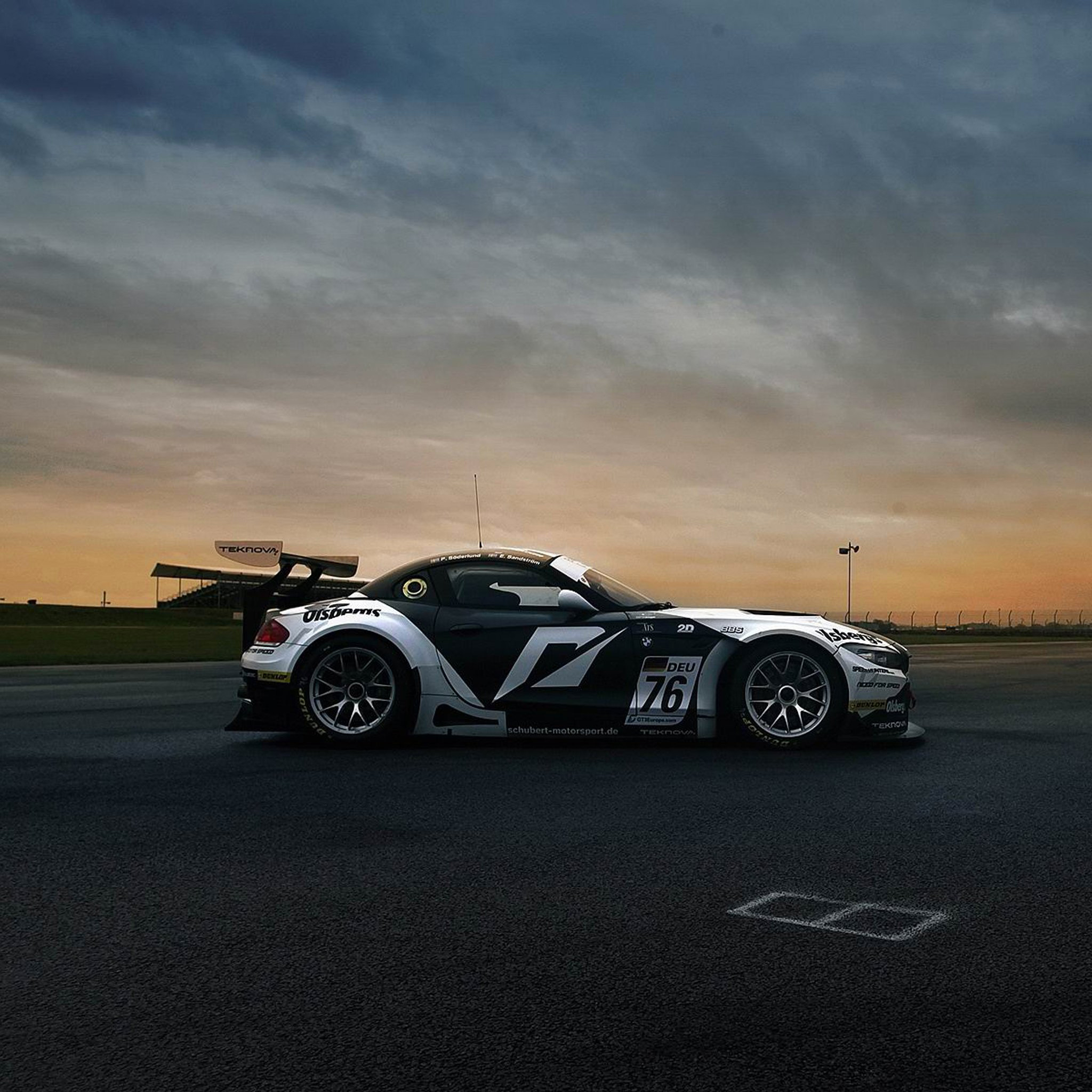 BMW-Z4-Sportcar-3Wallpapers-iPad-Retina