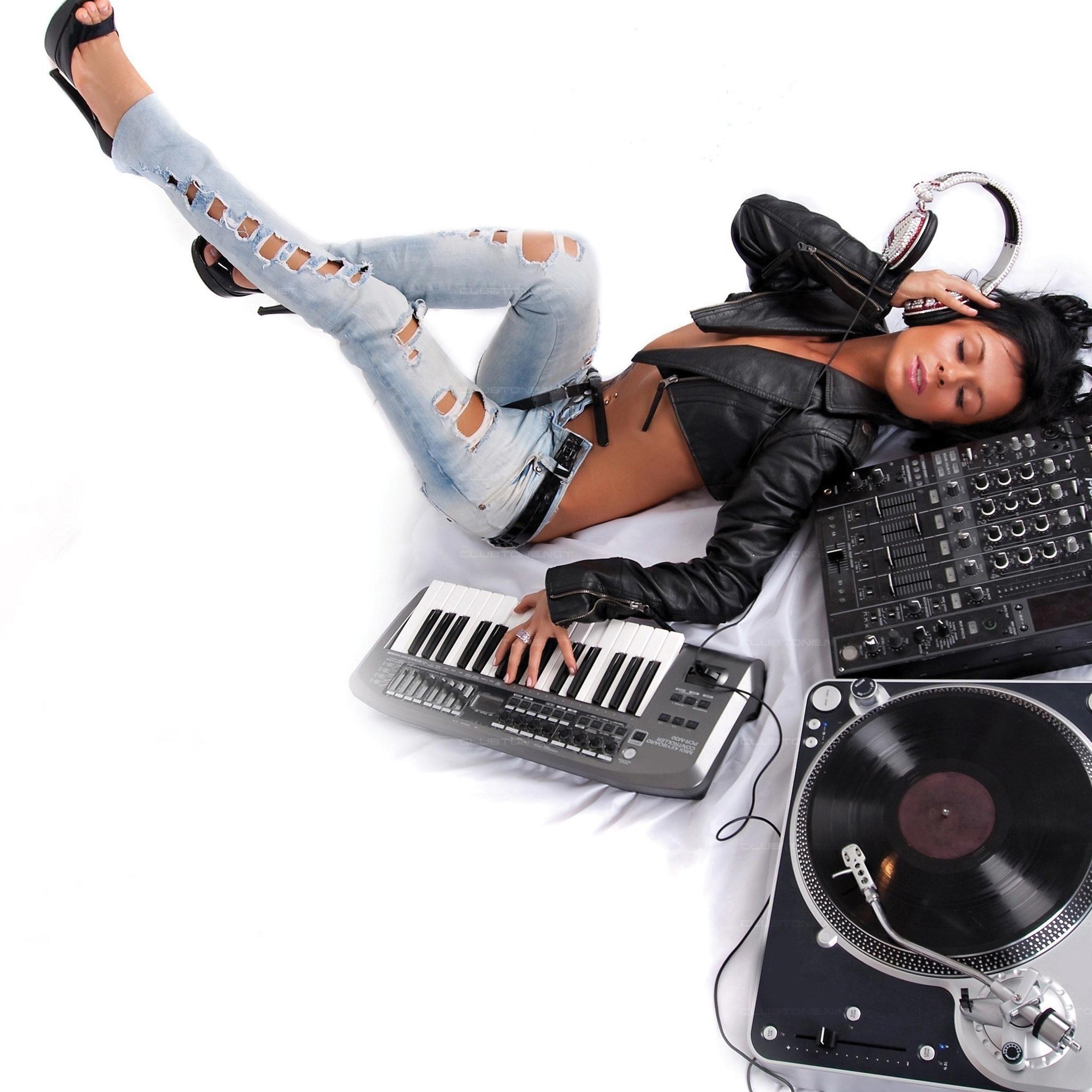 Music-Girl-3Wallpapers-iPad-Retina