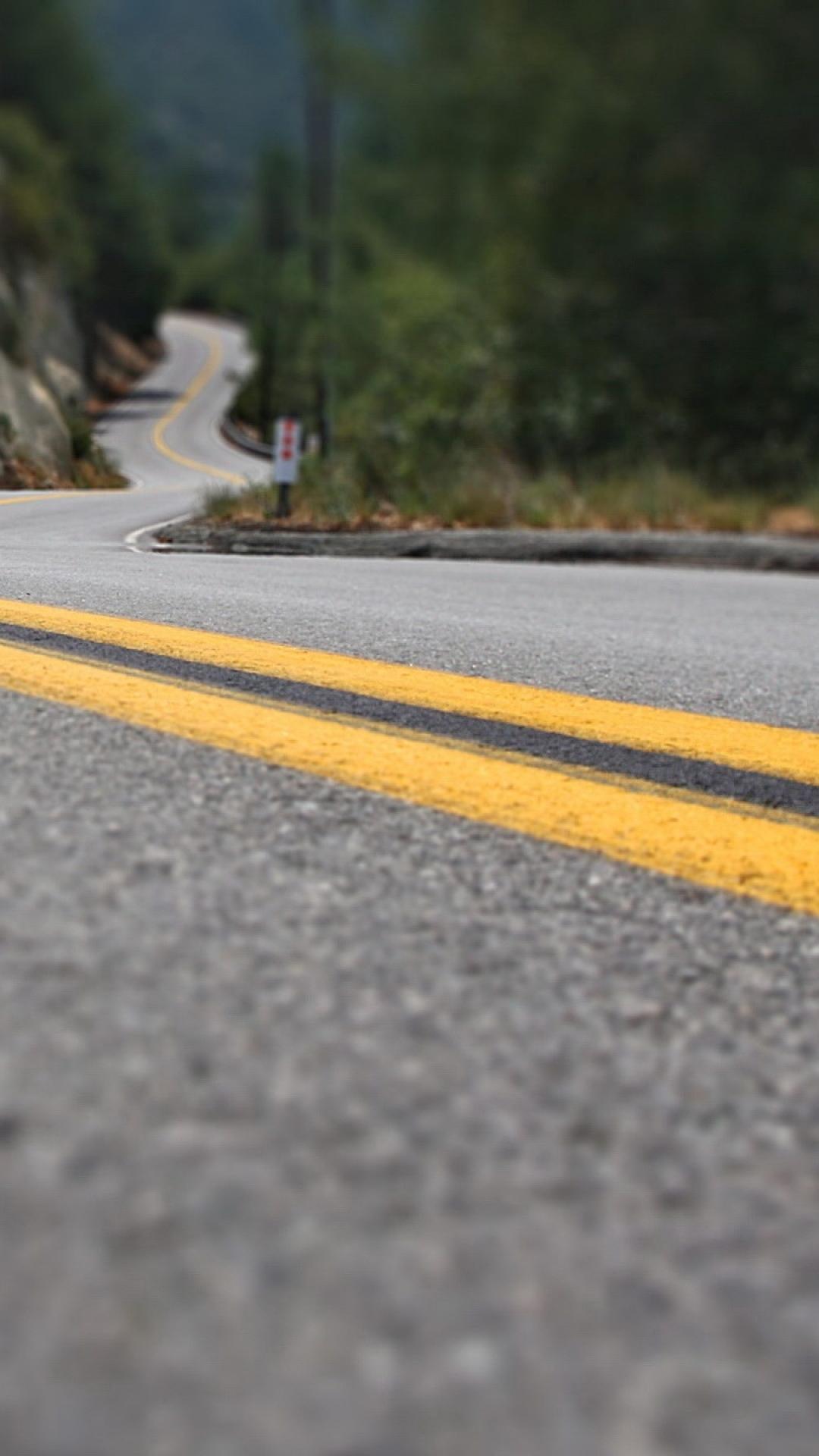 iPhone wallpaper road marking lines yellow asphalt 3Wallpapers : notre sélection de fonds décran iPhone du 17/08/2017