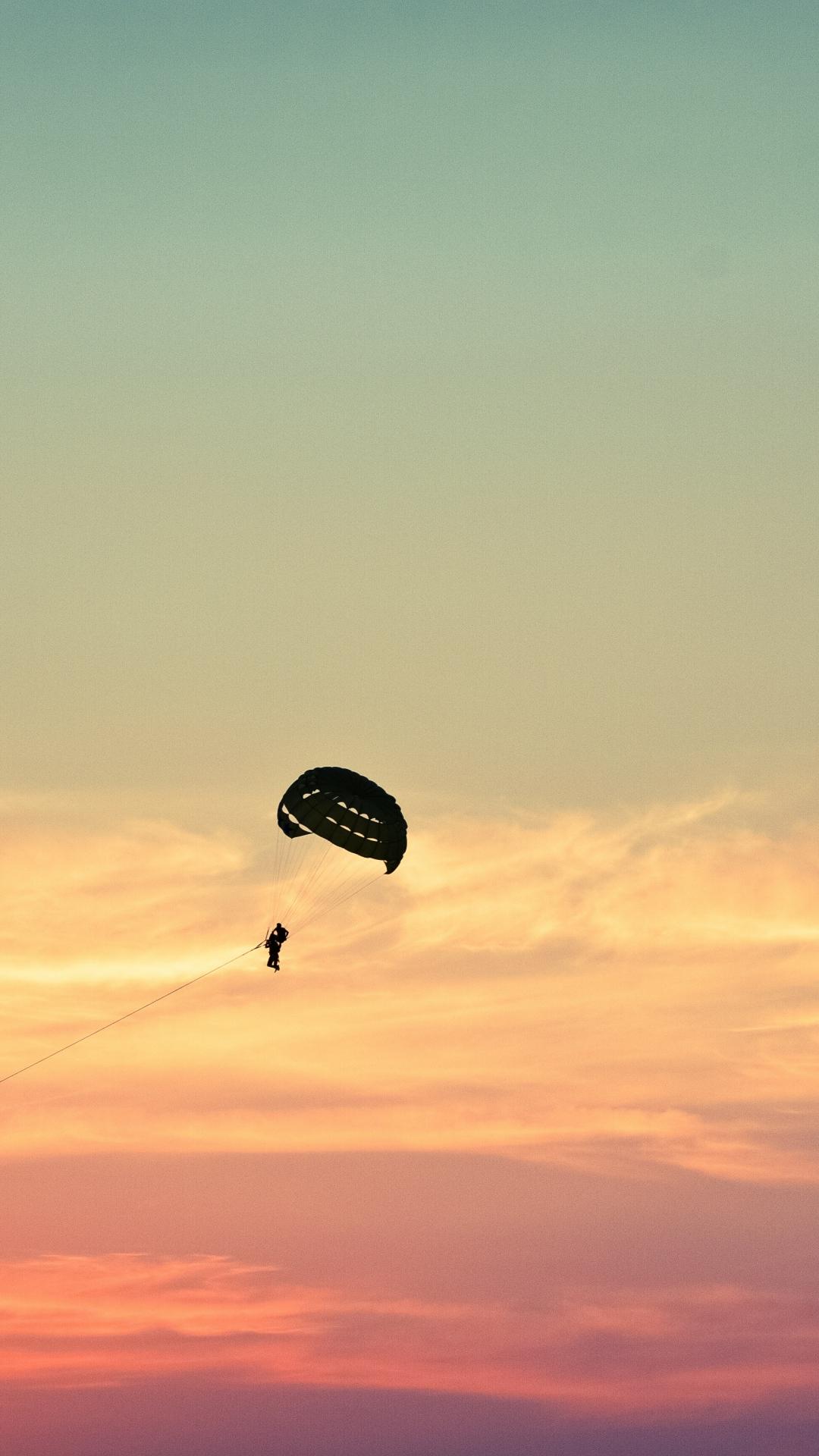 parasailing paragliding flying sky 110642 1080x1920 3Wallpapers : notre sélection de fonds d'écran du 18/09/2017